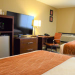 comfort inn beaverton queen room with microwave and fridge